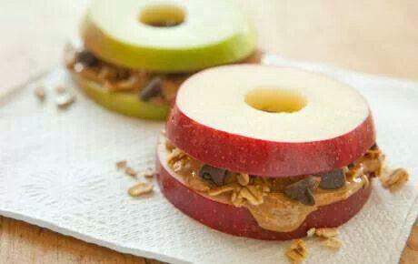 Elma halkaları arasında fıstık ezmesi atıştırmalık
